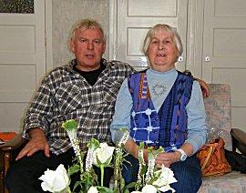 Erik met zijn moeder op de bank