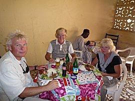 Happie eten in een lokale tent nabij de CVD