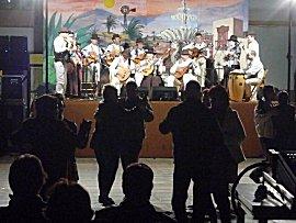 Feest in Gran Tarajal, dansen op de boulevard op de melodie van volksmuziek