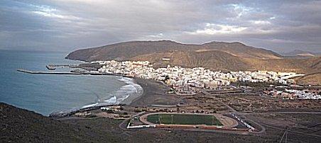 Gran tarajal, dorp en haven gezien vanuit de bergen