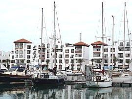 Gabber afgemeerd in moderne marina van Agadir
