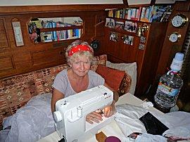 Ernie aan het werk met de nieuwe naaimachine
