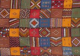 bij winkels onderweg hangen mooie kleden met berber motieven