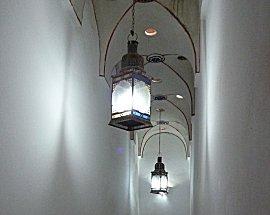 Gang met lampen in Koran school