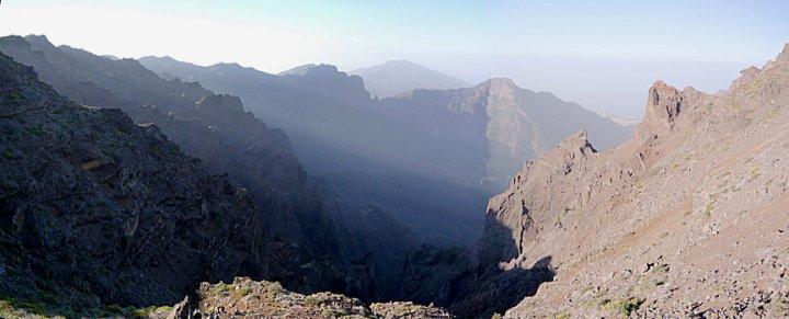 Ochtend zon schijnt door de pieken van de vulkaankrater over het Parque Nacional de la Caldera de Taburiente