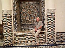 Erik bij een fontein met mozaik in museum