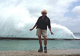 De golven slaan hoog over de kade bij Pedro Barba