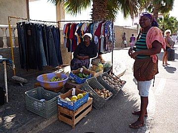 Verse groente aan de straat te koop