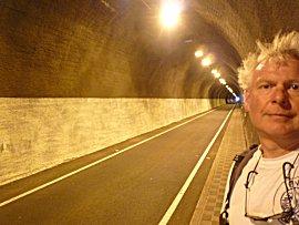 Tunnel met slechts 1 rijbaan en voetgangerspad, stoplichten regelen welke kant mag rijden.
