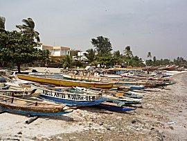Visboten op het strand van Dakar