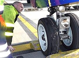 linker voorband van vliegtuig kapot