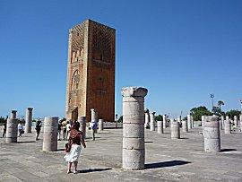 De Hassan-toren en de restanten van de gebedsruimte van de grote moskee in Rabat, verwoest door een aardbeving in 1755.