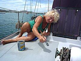 Ernie schildert de boot met antislip