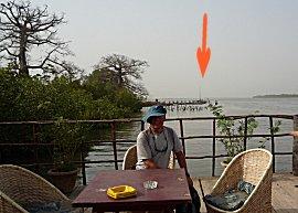 Erik op terras van Bintang Lodge, op de achtergrond de Gabber