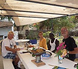samen met Ebou, Jacqueline en Roel eten we Indonesisch op het terras van de CVD