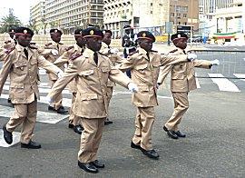 Jong en oud doen mee met de parade, klik op de foto voor een Youtube flimpje van 5 minuten