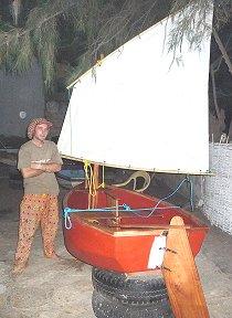 Tom, de bouwer van onze dinghy, naast de zeilende bijboot.