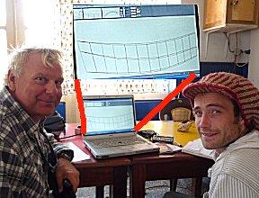 Ton en Erik bespreken de ontwerpen voor een zeilende bijboot