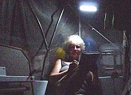 Ernie leest 's-nachts een Ebook in de kuip onder de klamboe