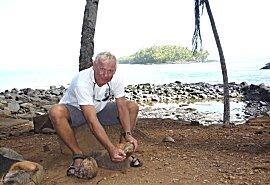 Erik pelt een verse kokosnoot