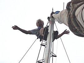 Erik inspecteert de mast en maakt hem schoon