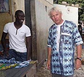 Erik in het chique, katoenen shirt met borduurwerk afgezet