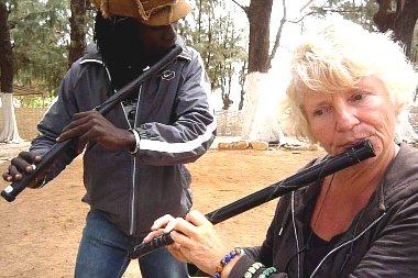 Ernie leert spelen op een Afrikaanse dwarsfluit