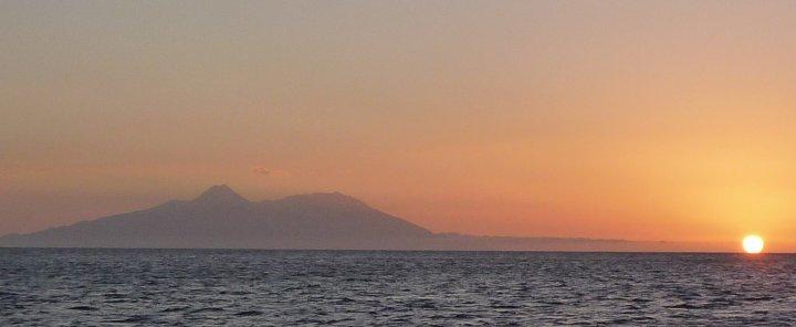 Het eiland Fogo met werkende vulkaan, uitzicht vanaf onze ankerbaai