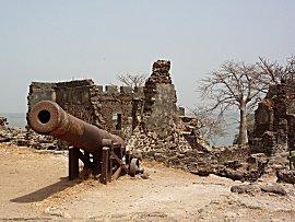 De grens van Gambia, hoe ver kan een kanon schieten vanaf midden rivier