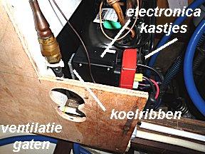 De nieuwe electronica kastjes en extra ventilatie gaten bij de koelkast