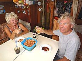 We nemen de warme maaltijd als lunch, 1,5kg garnalen en een fris wit wijntje