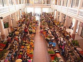 Overdekte markt in Mindelo, maar we doen liever boodschappen bij de straatverkoopsters
