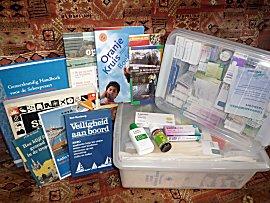 Veel medicijnen en medische handboeken aan boord van de Gabber