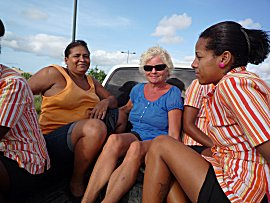 Ernie in de achterbak van een pick-up met de dames van het hotel