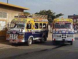 Kleurijke mini busjes zijn het openbaar vervoer