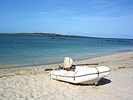 De bijboot blijft altijd onbeheerd op het strand achter, motor op slot en de roeispanen ook, gelukkig zijn de meeste mensen te vertrouwen