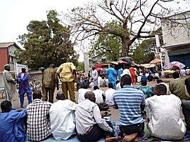 Het  vrijdagmiddag gebed kan gewoon op de openbare straat
