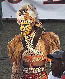 Een als leeuw verklede danser