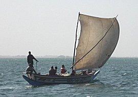 Zeilende visser op weg naar zee voor dagelijkse vangst