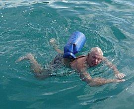erik doet zwemmende de boodschappen.