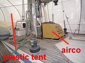 boot achter gelaten met tent en airco.