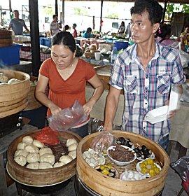 Dim sum kopen op de Chinese markt.