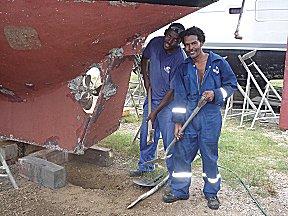 Er wordt een gat onder boot de gegraven zodat we het roer kunnen demonteren.