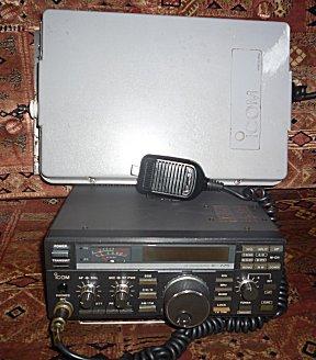 Een ICOM725 en ICOM AH3 antenne tuner als free-bee op het netje.
