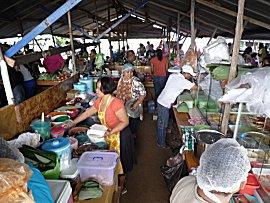 Zondags is er Javaanse markt in de wijk Blauwgrond.