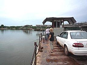De brug bij Jodesavanne is ingestort, een veerpontje zorgt voor het transport