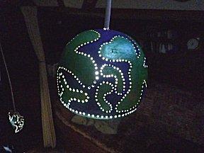 De hanglamp gemaakt van gepimpte kalabas in actie.