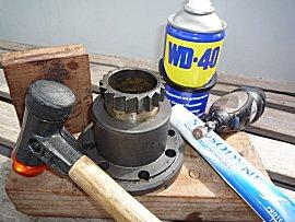 Hamer, wd40 voor het los maken, en tandpasta en dremel voor polijsten