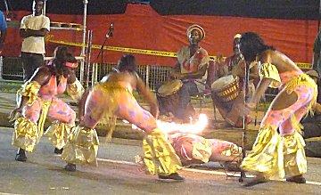 Limbo dansen tijdens Pan on Avenue.