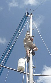 Erik hangt de takel singels om de mast voor het verwijderen van de mast.